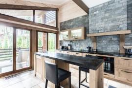 Особенности применения декоративного камня в интерьере кухни и его достоинства