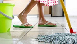 Как осуществляется чистка и мытье пола на кухне: способы и правила работы